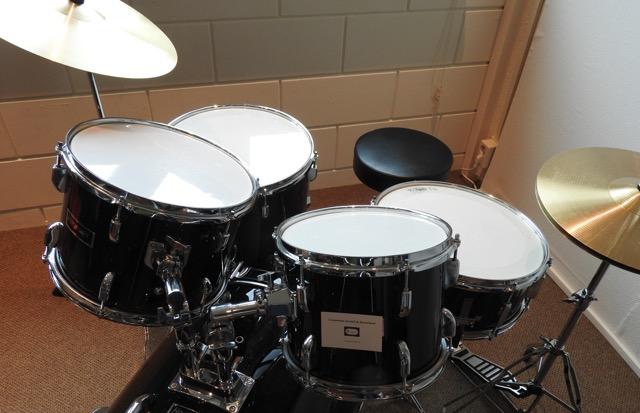 Een drumstel van Muziekschool De Brug